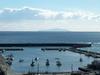 漁港の先に大島がくっきり